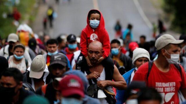 Los migrantes avanzan con sus hijos, en un drama que parece nunca terminar.